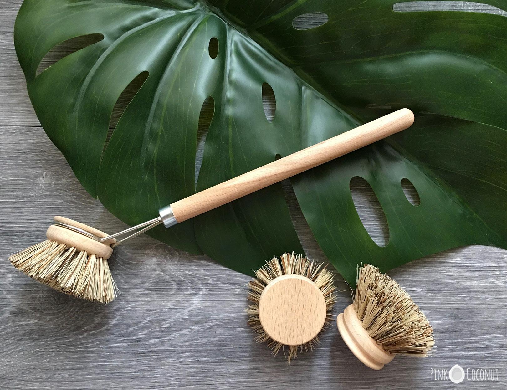 Image d'une brosse en bois à tête interchangealble pour faire la vaisselle ou laver l'evier de la cuisine